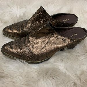 🌛Very Volatile🌛gold pointed toe western mules